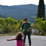 Cu bebe in Luna mai poti prinde un copil in brate! Pe strazi de Spania.